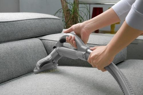 Dùng máy hút bụi trước khi tiến hành giặt ghế sofa
